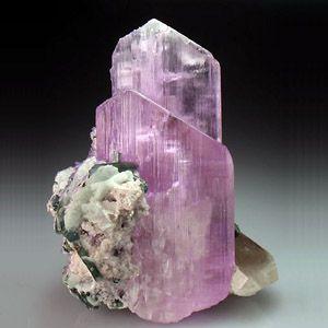Удивительный фиолетовый камень