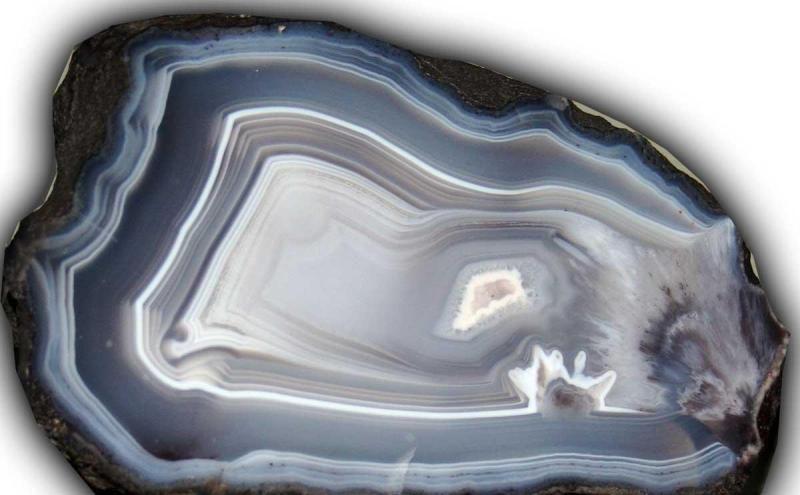 Какими свойствами обладает камень агат?