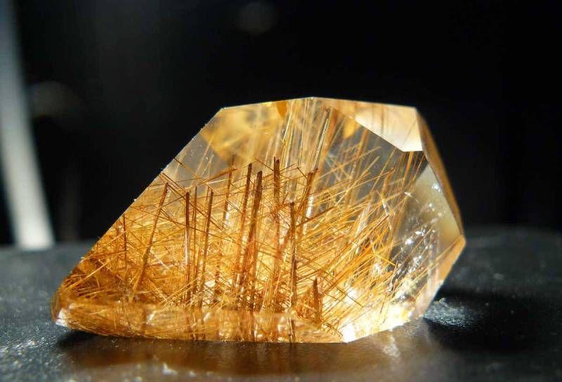 Какими свойствами обладает камень кварц?