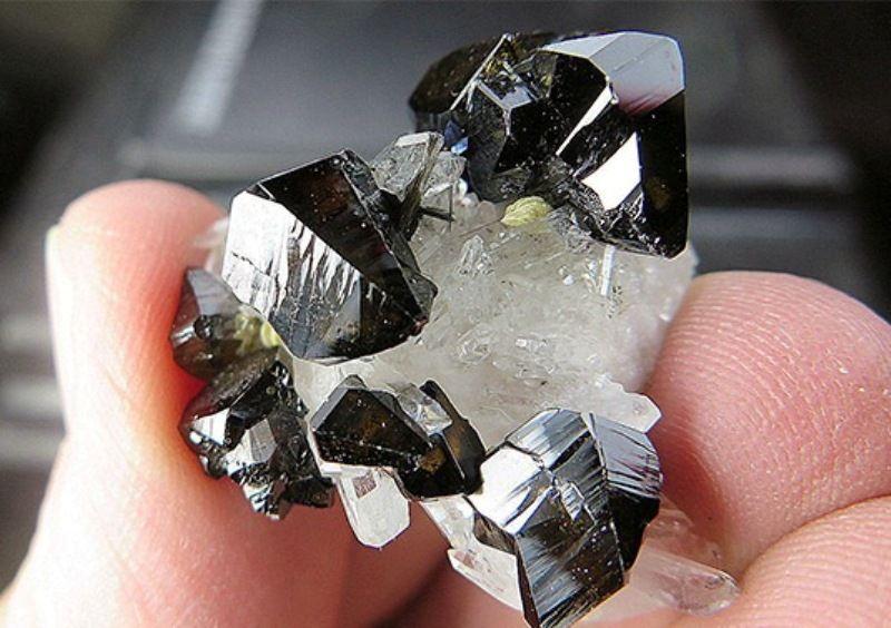 Камень касситерит или руда олова