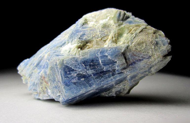 Камень Кианит: Магические свойства и кому подходит по Зодиаку (Фото)