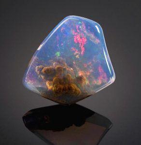 Какими свойствами обладает камень опал?