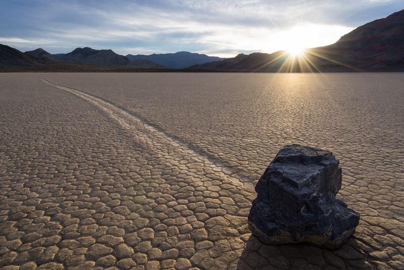 Что такое движущиеся камни?