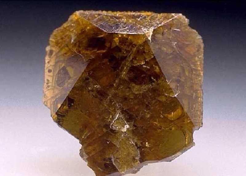 Клиновидные кристаллы титанита
