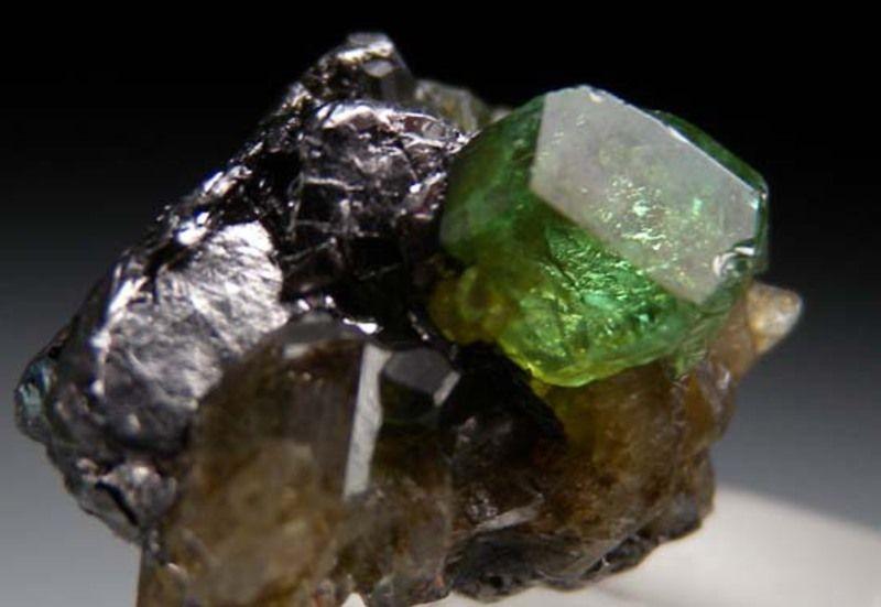 Драгоценный камень тсаворит