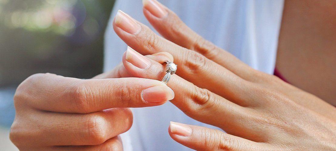 Как снять кольцо с опухшего пальца: популярные методы
