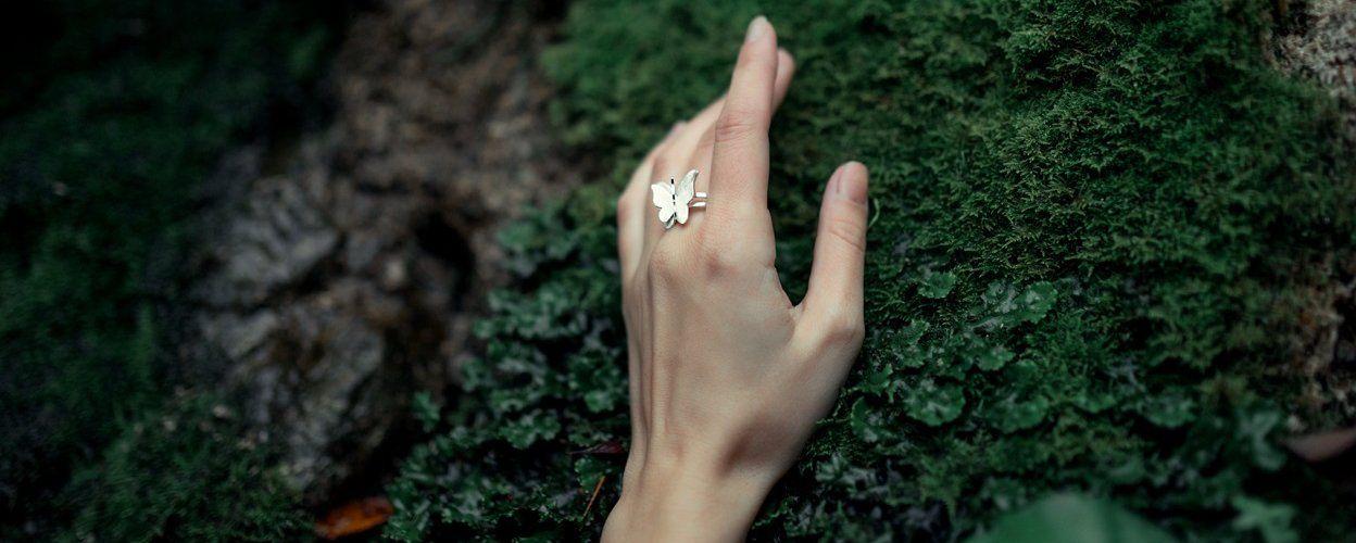 На каких пальцах носят кольца и их значение