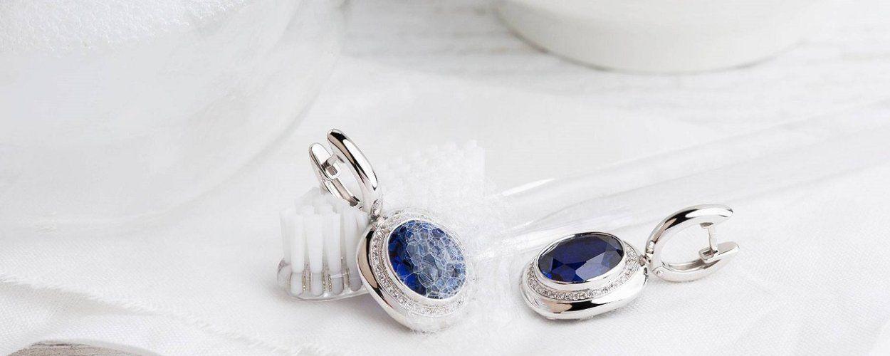 Почему серебро чернеет на теле человека: причины потемнения серебряных изделий