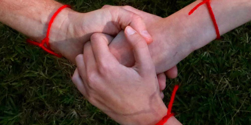 Что значит красная нить на запястье, на какой руке носят красную нить? Как правильно завязать красную нить на запястье?