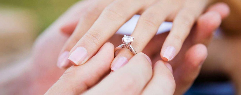 На каком пальце обручальное кольцо у девушки