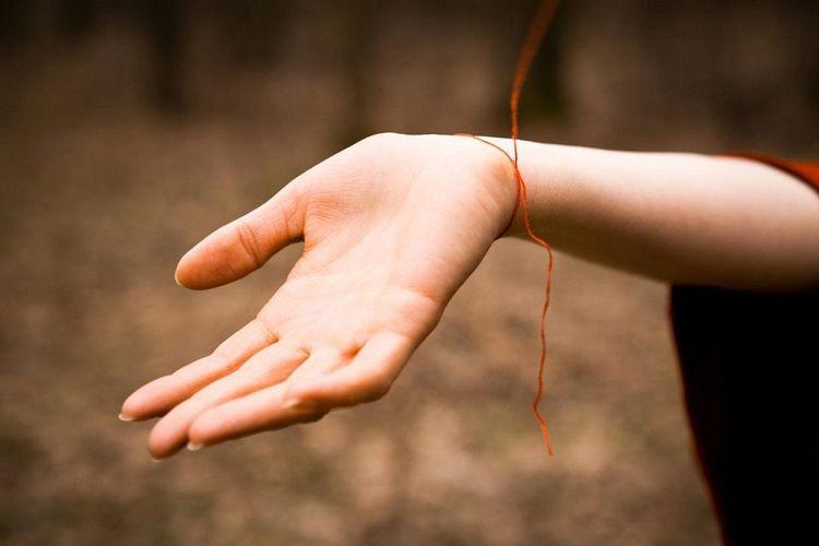Браслеты-обереги: на какой руке принято носить и как сделать самостоятельно