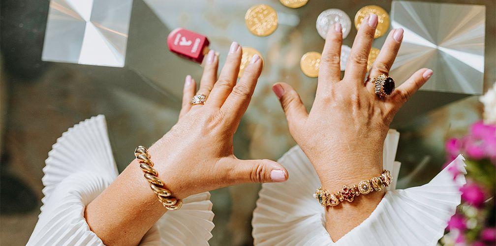 Как правильно носить браслеты на руке женщине или мужчине