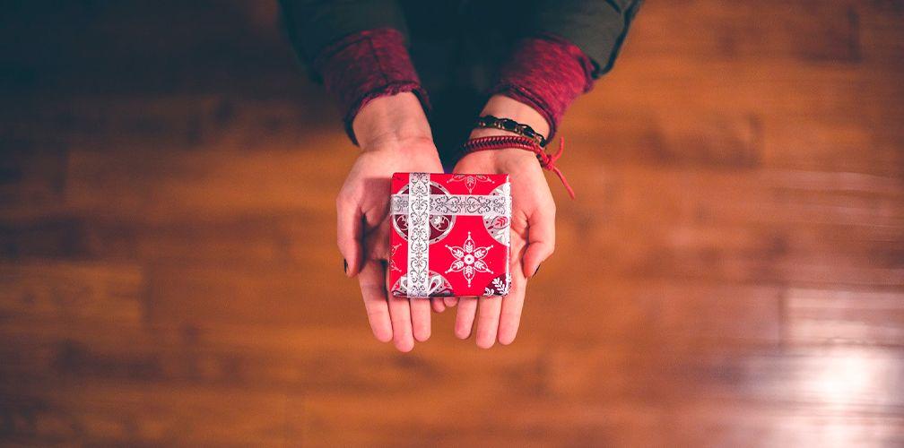 Как красиво упаковать и подарить браслет парню или девушке