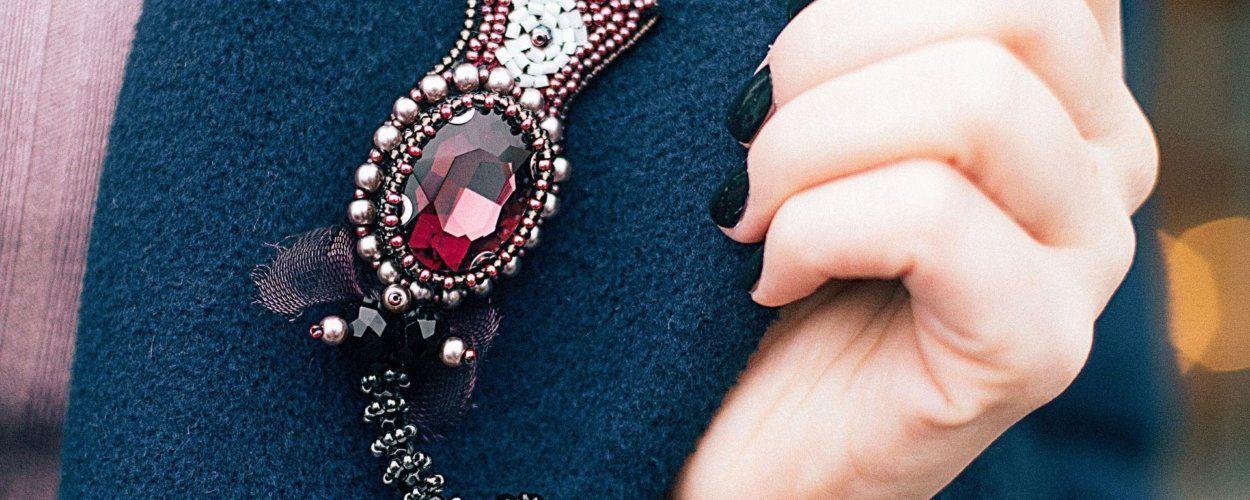 Как носить брошь: с какой стороны прикрепить на пиджак, платье, рубашку или пальто