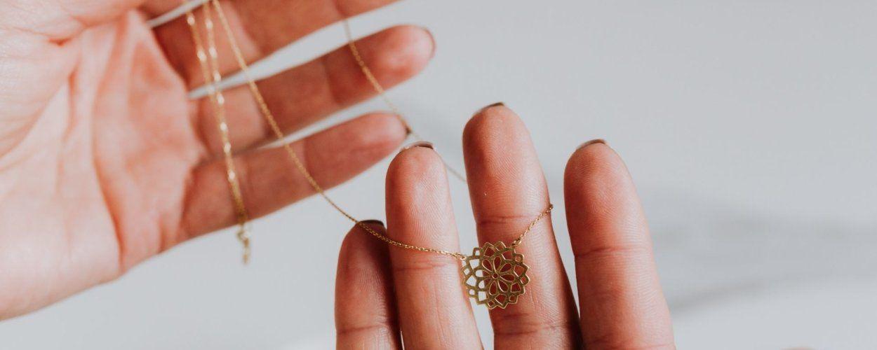 К чему снится кулон, медальон: видеть во сне золотую или серебряную подвеску
