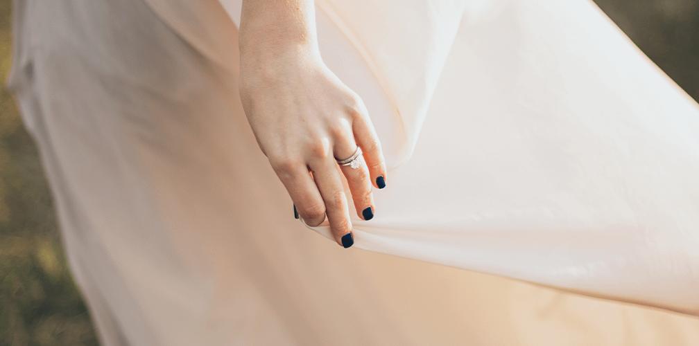 Как носят обручальные и помолвочные кольца: носят ли на одном пальце?