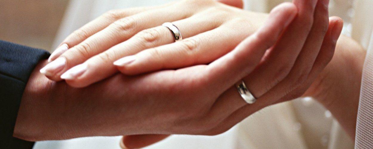 Что значит обручальное кольцо на левой руке: обычаи и традиции в других странах
