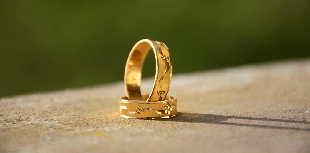 Гравировка на обручальных кольцах: какую надпись можно сделать на кольце