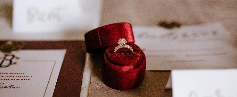 Можно ли дарить кольцо парню или девушке: приметы